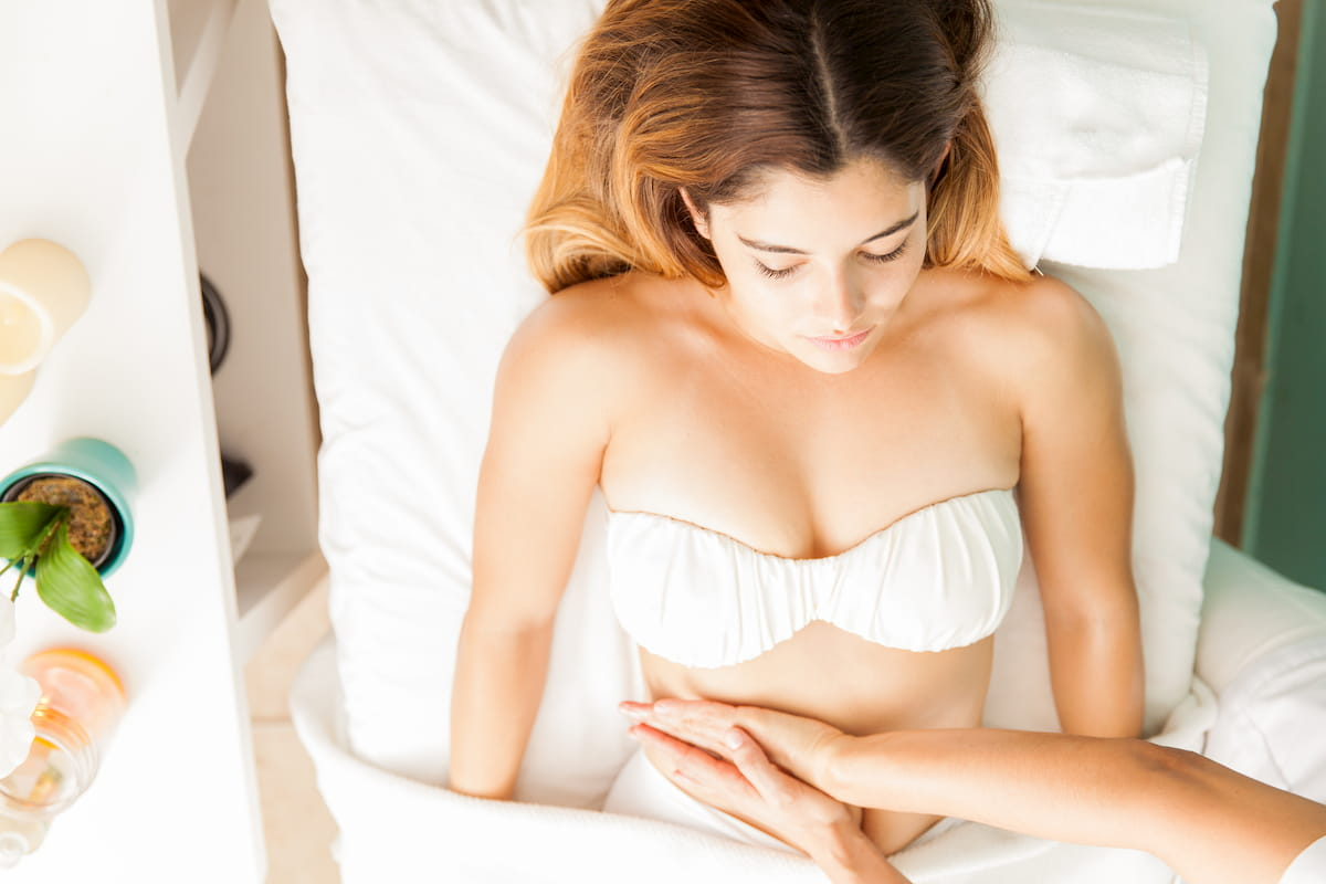 ¿Qué es el drenaje linfático? El drenaje linfático también conocido como DLM, siglas de drenaje linfático manual, es un masaje que consiste en dar suaves y repetitivas maniobras en la piel, logrando redirigir la circulación linfática superficial.
